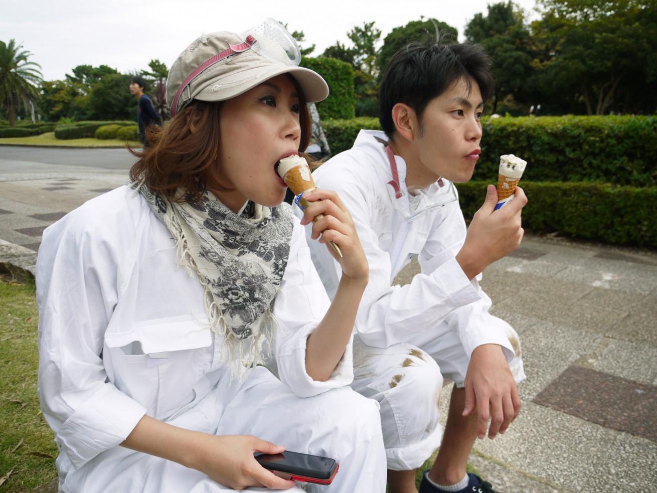 アイスを食べる2人_ゾンビハザード