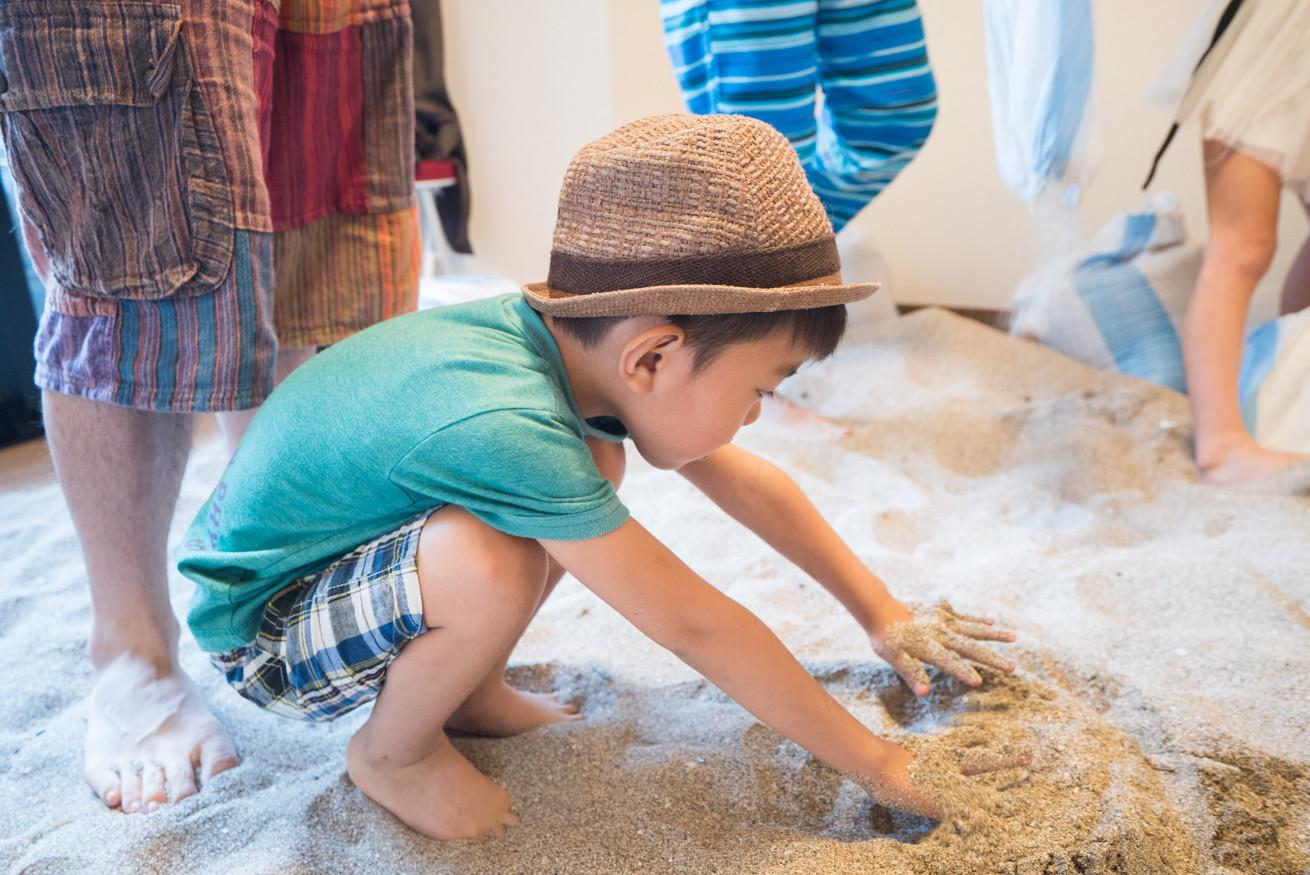 吉原ゴウの長男が砂をまいて楽しむ姿