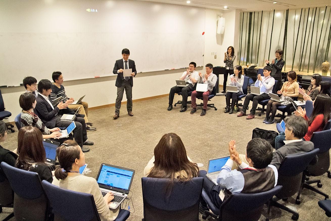 カリキュラムや運営方法についてのブリーフィングを行う BBT 大学の教職員。