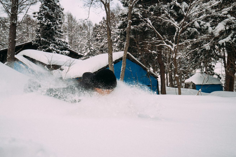 観音クリエイションの雪に埋もれる写真