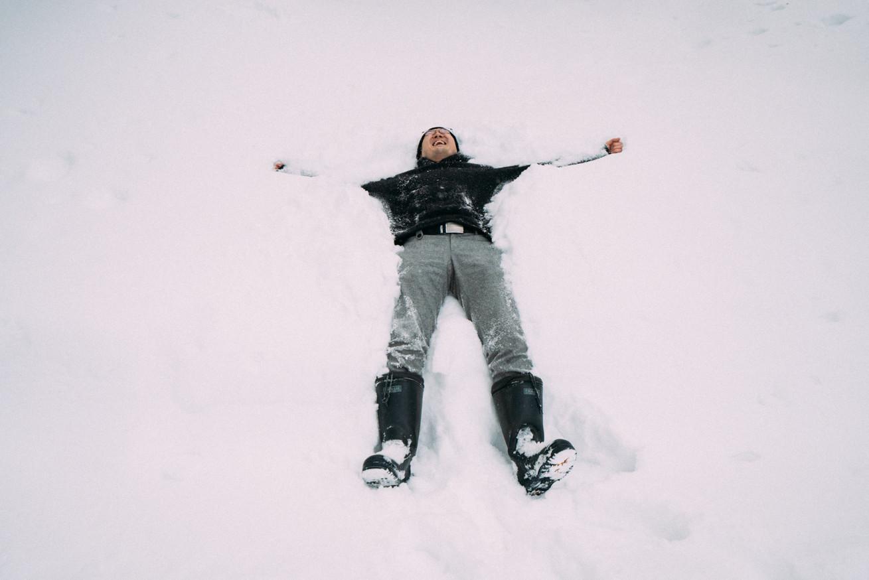 観音クリエイションの雪で寝転ぶ写真