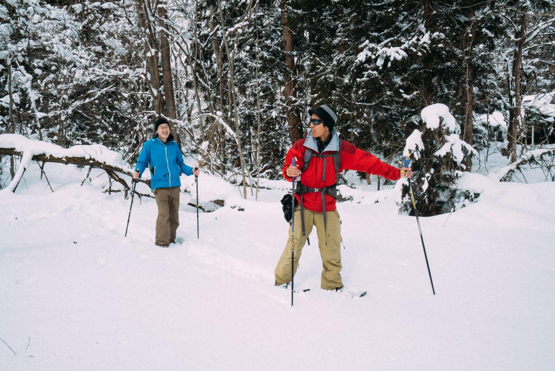 スノーシューで山へ登る写真