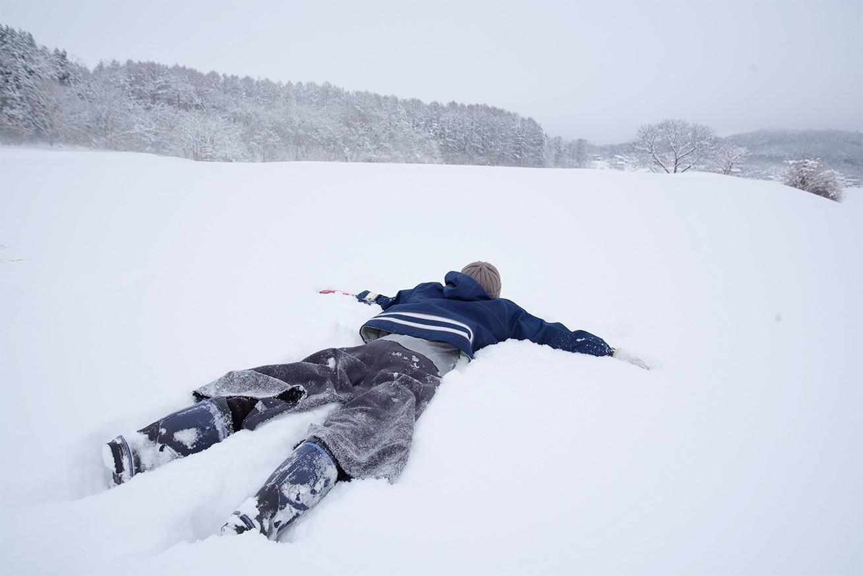 雪上に倒れ込むずんこ