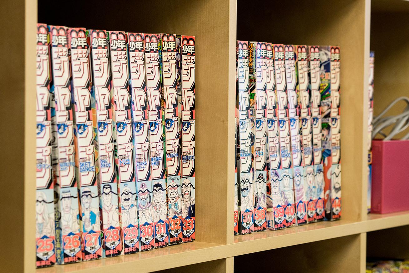 こち亀背表紙の週間ジャンブが本棚にズラリ