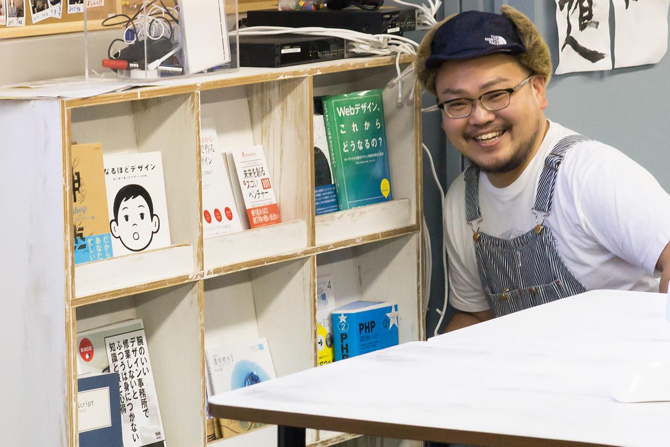デジハリ上野の本棚脇でほほえむパーヤン