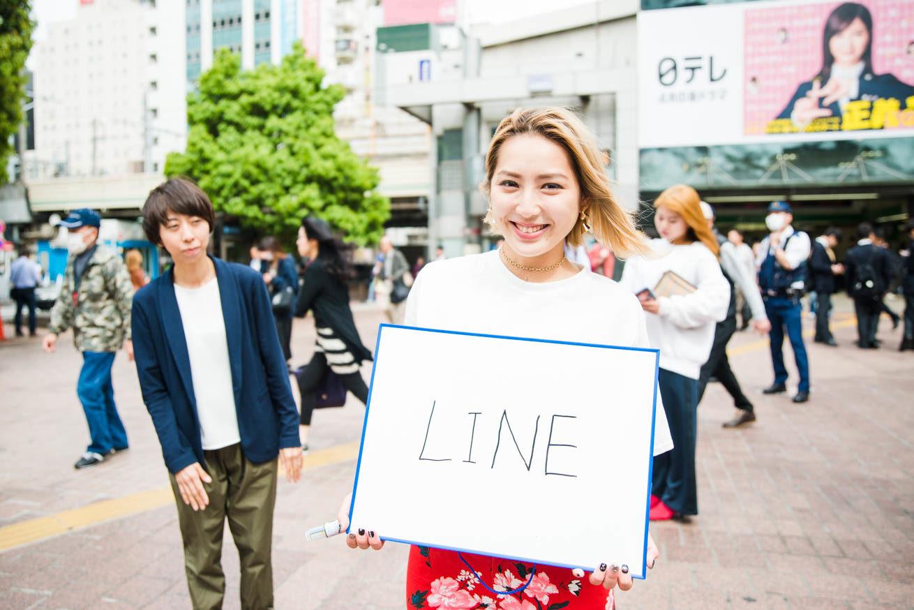 渋谷の女の子50人に街頭インタビュー!今、注目の〇〇LINEって ...