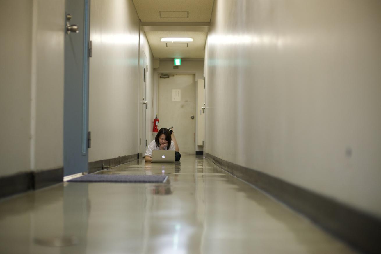 廊下で仕事