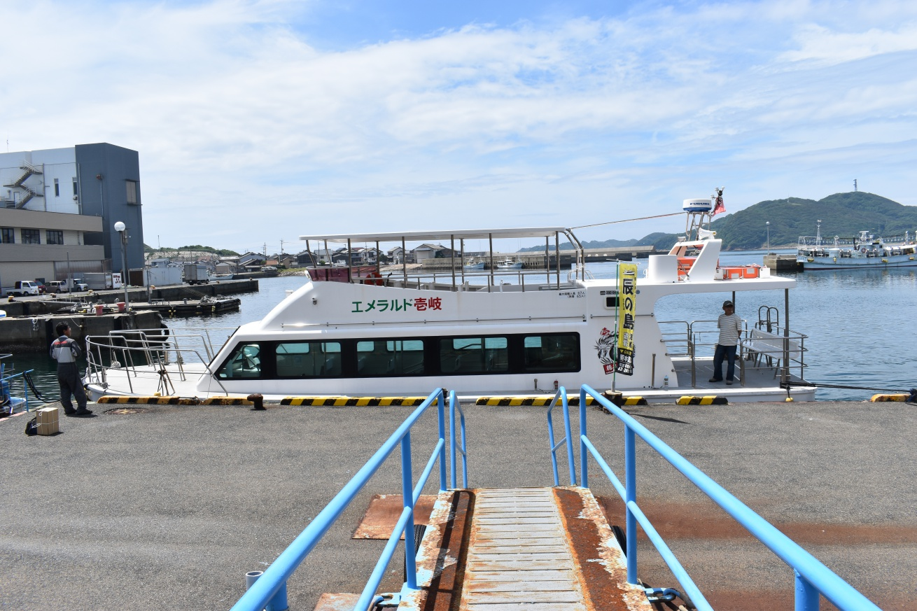 辰の島行きの遊覧船に乗り込む写真