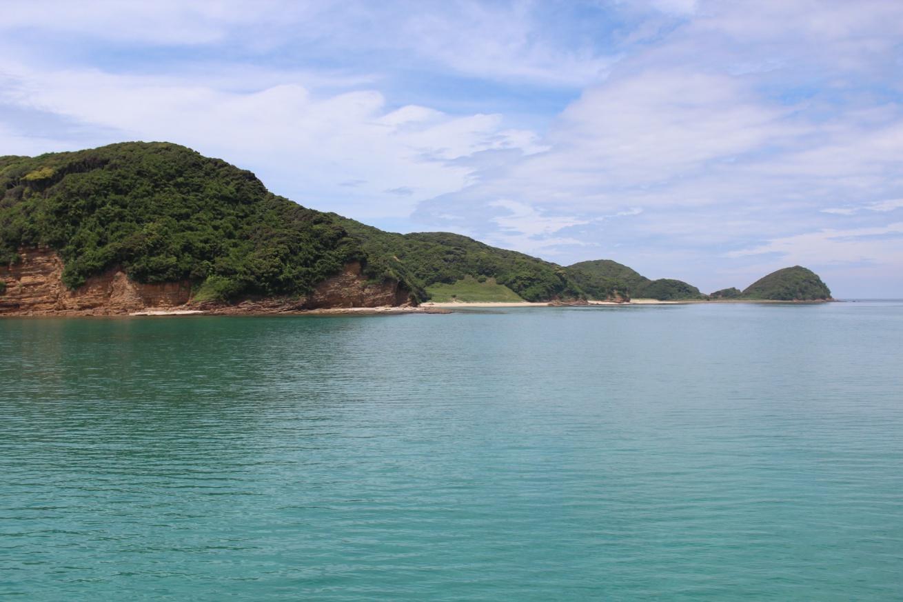 壱岐の辰の島に向かう遊覧船から見える海の写真
