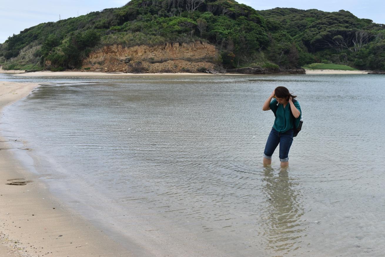 壱岐の辰の島の海水浴場で遊んでいる佐々木バージニアの写真