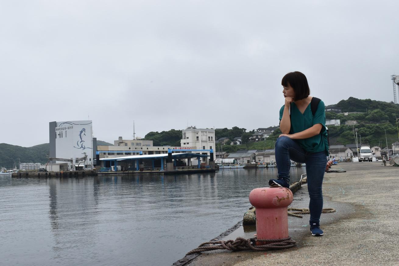 壱岐の海を見つめている佐々木バージニアの写真