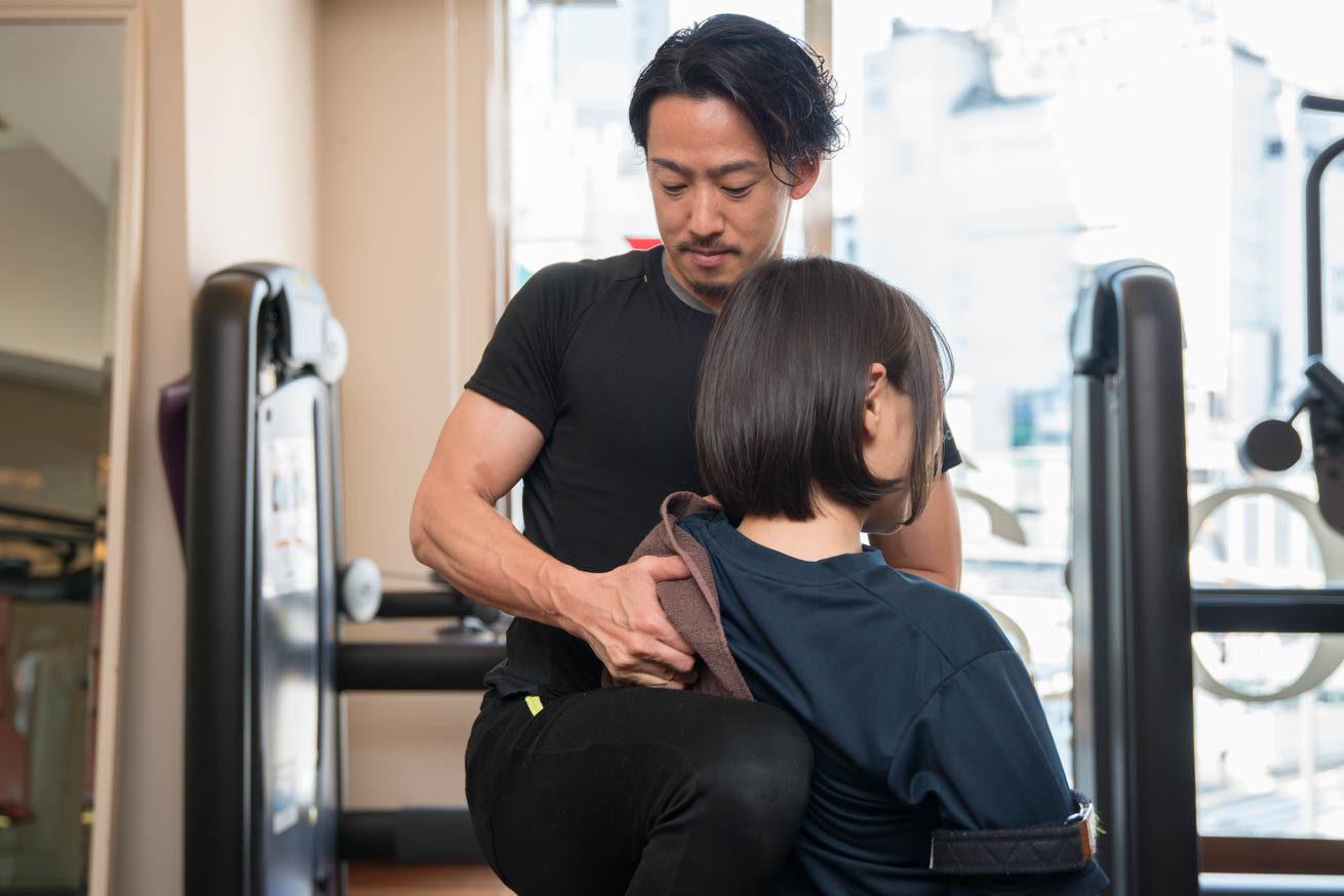 ちゃんれみの肩甲骨を掴みながらほぐす村﨑さんとちゃんれみの後ろ姿