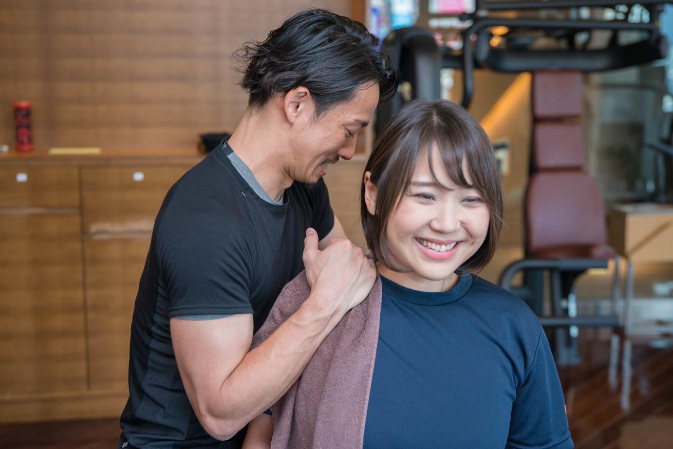 ちゃんれみの肩を掴みながらほぐす村﨑さんと笑顔のちゃんれみ