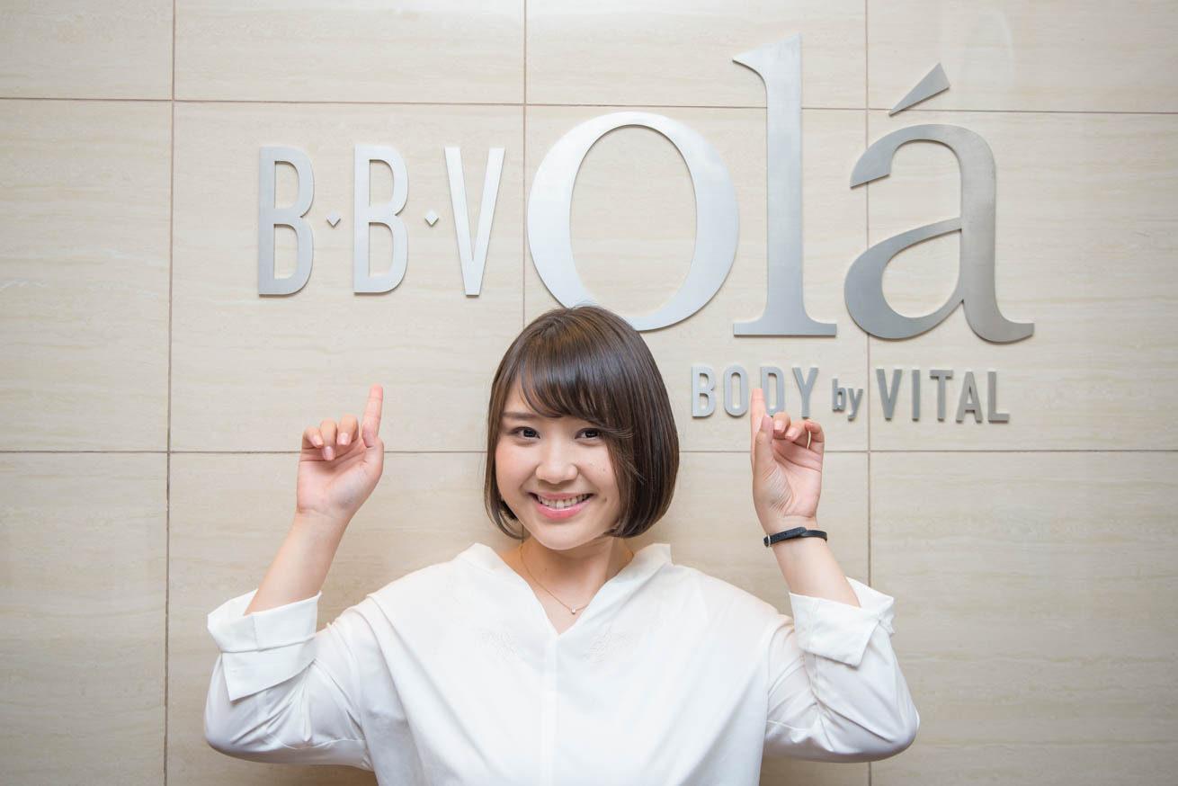「B・B・V olá」ロゴ前で絵がをで指差すちゃんれみ