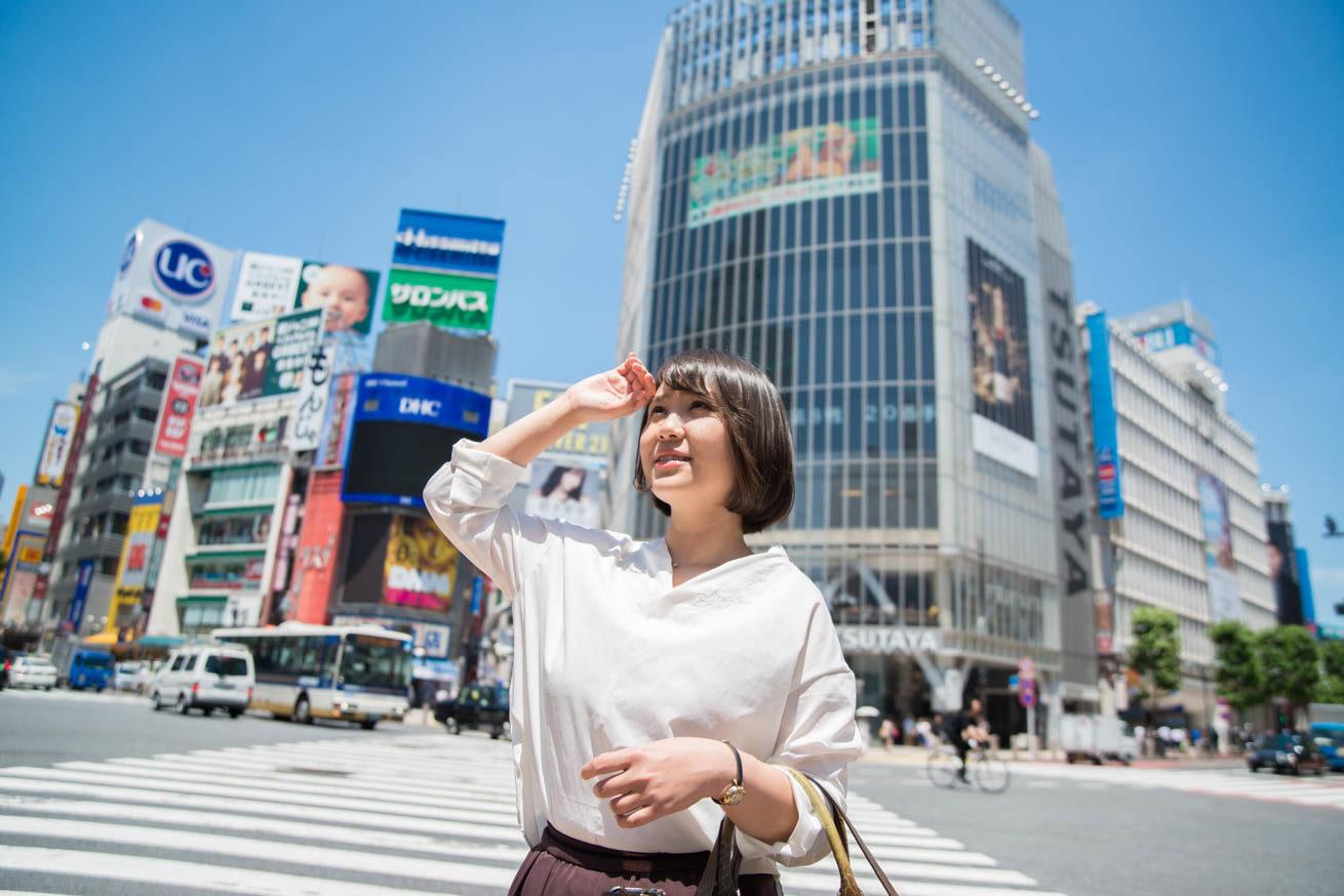 渋谷街で空を見上げる眩しそうなちゃんれみ
