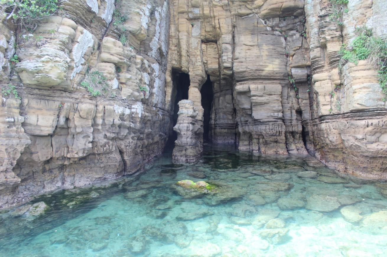 壱岐の辰の島に向かう遊覧船から見たエメラルド色の海の写真