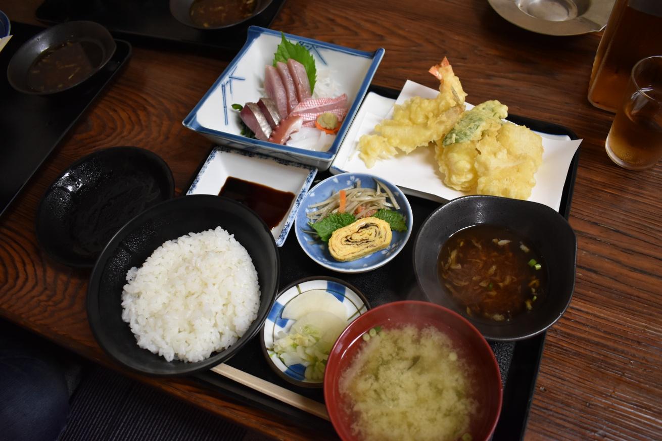 壱岐の地元の食堂「よしもと食堂」の天ぷら刺し身定食の写真