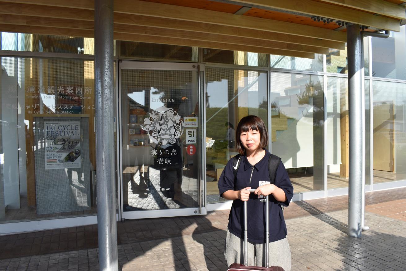壱岐の観光案内所に向かっている佐々木バージニアの写真