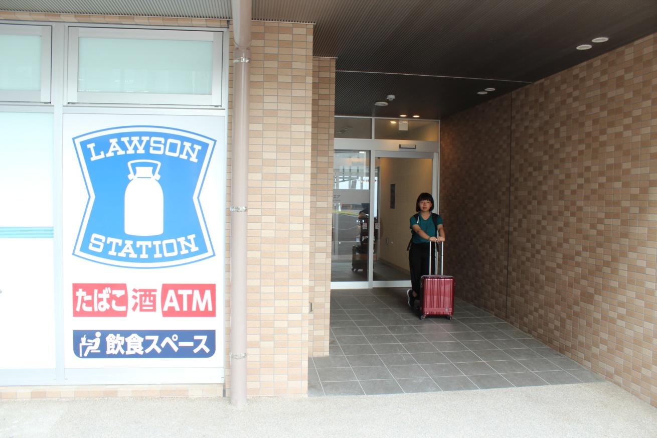 Hitoto広島ナレッジスクエアの前に立っている佐々木バージニアの写真