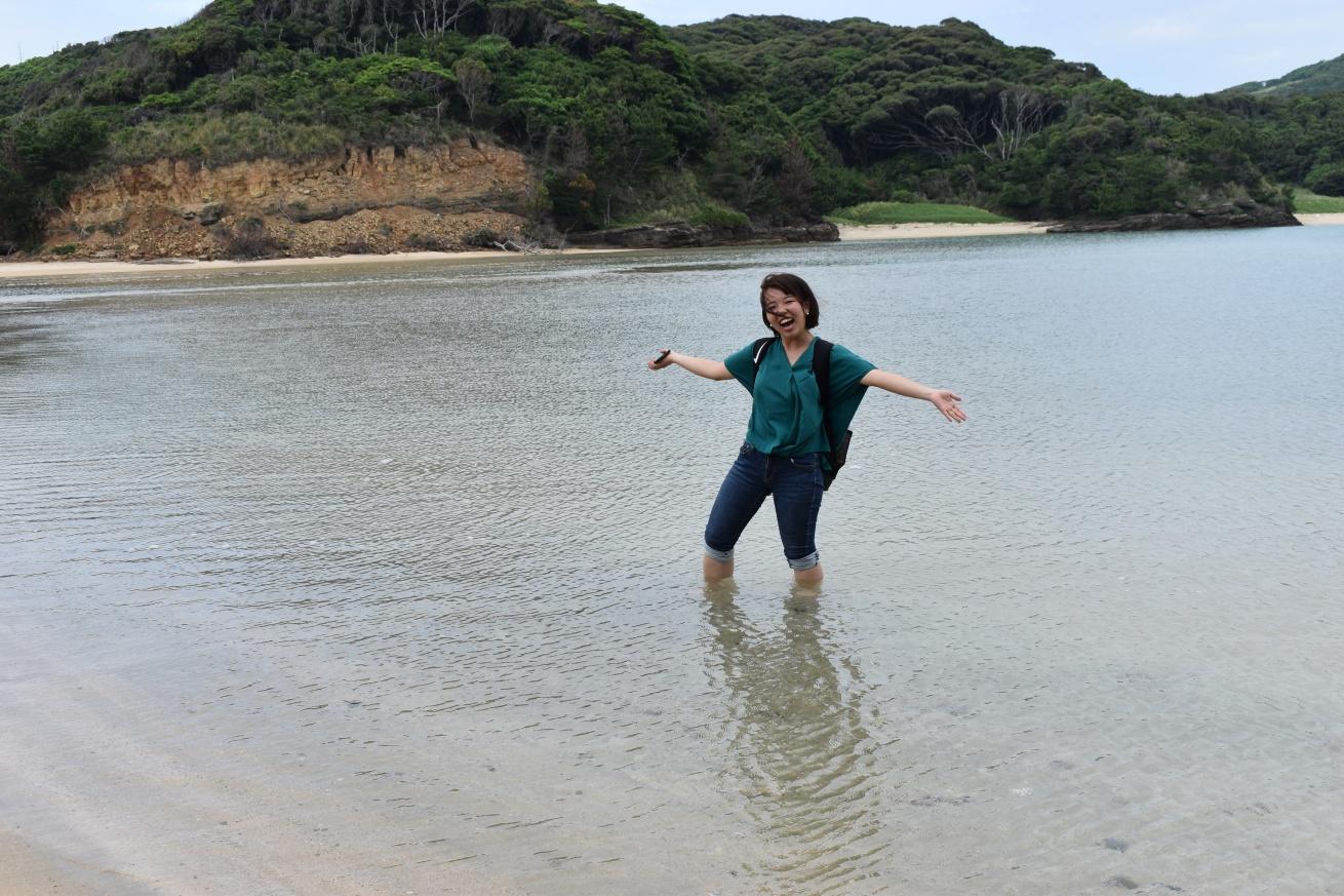 壱岐の辰の島の海水浴場ではしゃいでいる佐々木バージニアの写真