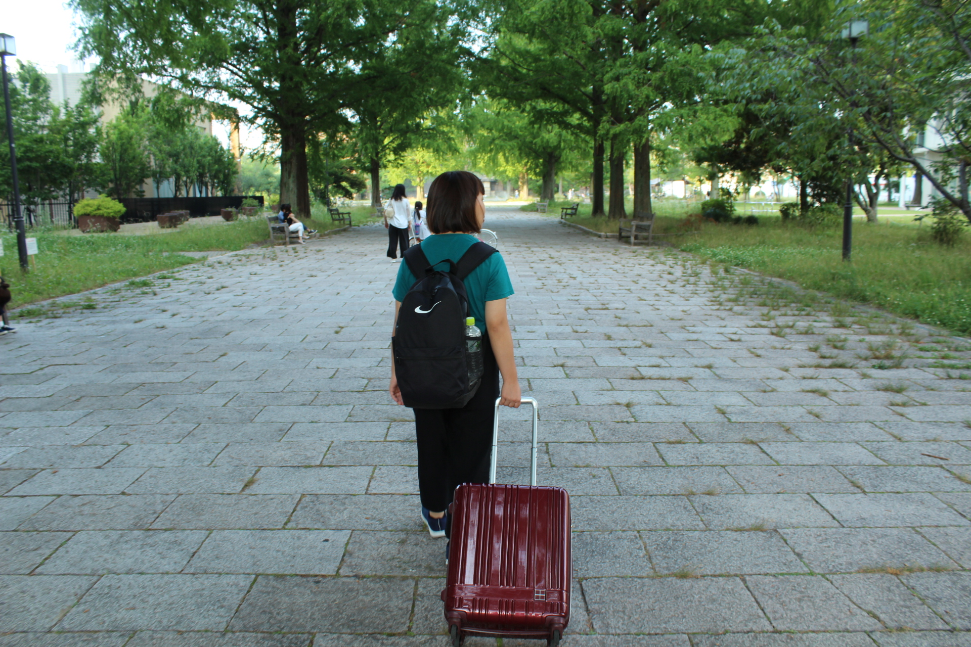 東千田公園の中を歩いている佐々木バージニアの写真