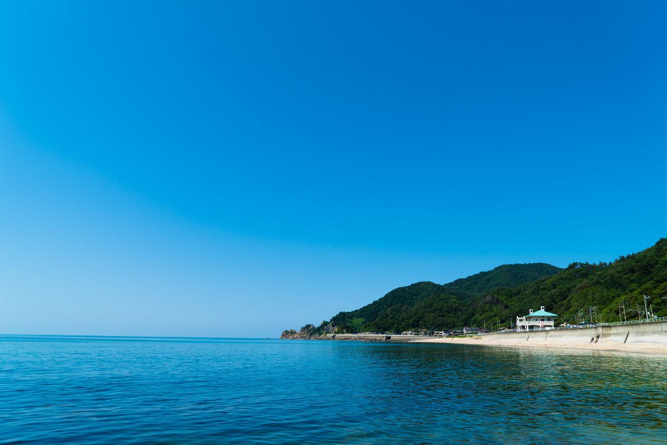 ガクが撮影した雲ひとつない日本海の笹川流れ