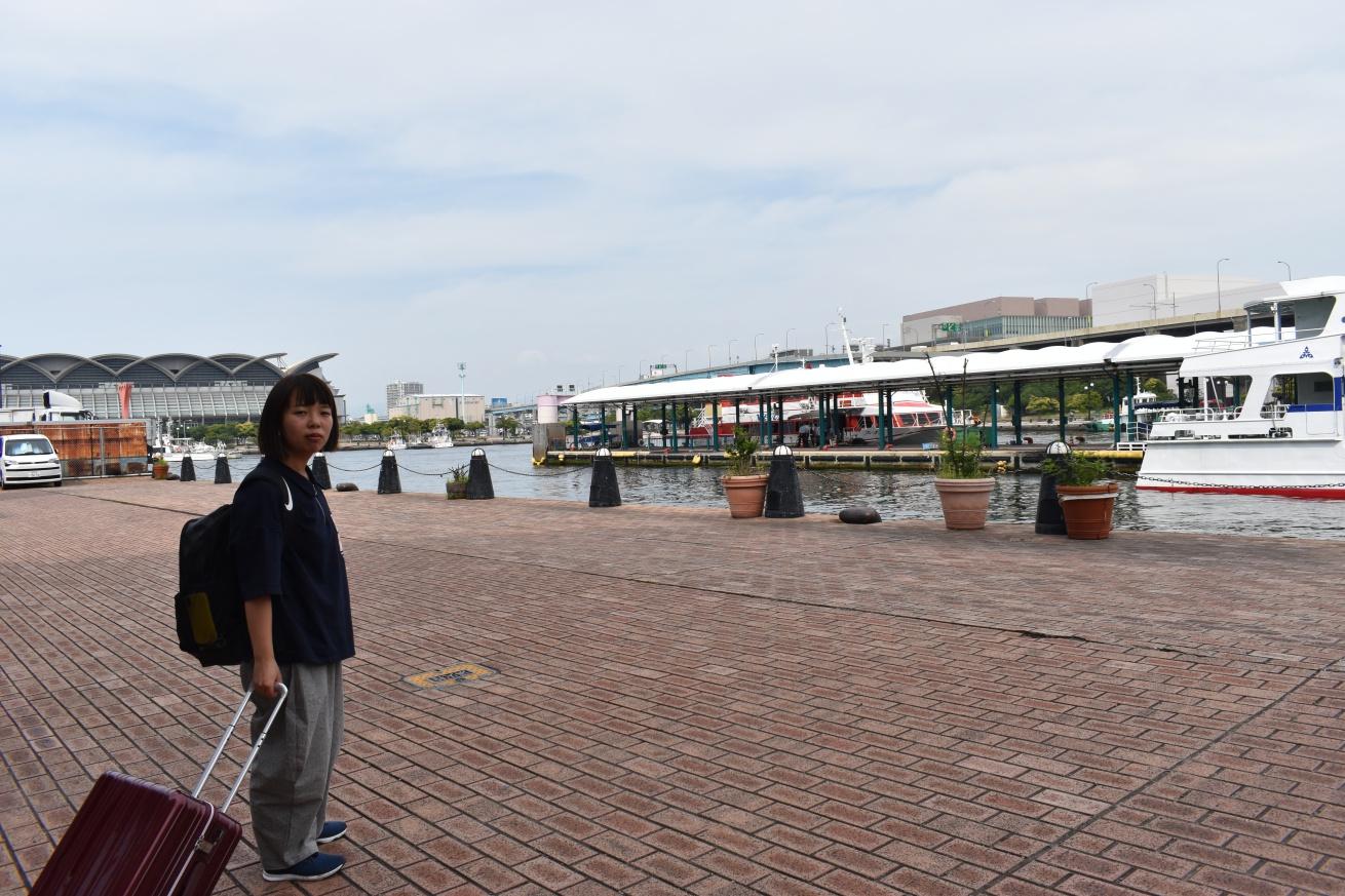 博多ベイサイドプレイスで船を待つ佐々木バージニアの写真