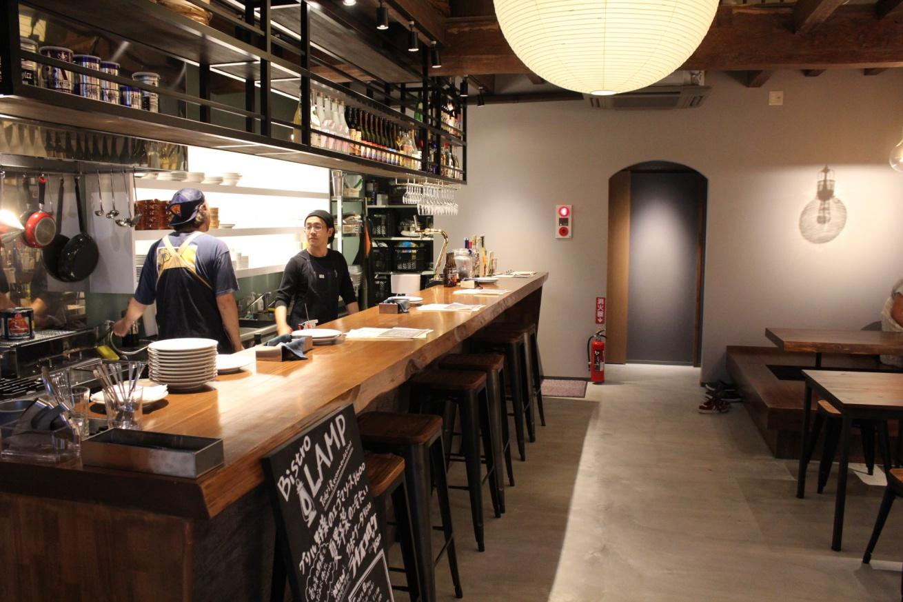 LAMP壱岐の隣りにあるレストラン「Bistro LAMP」の内装の写真
