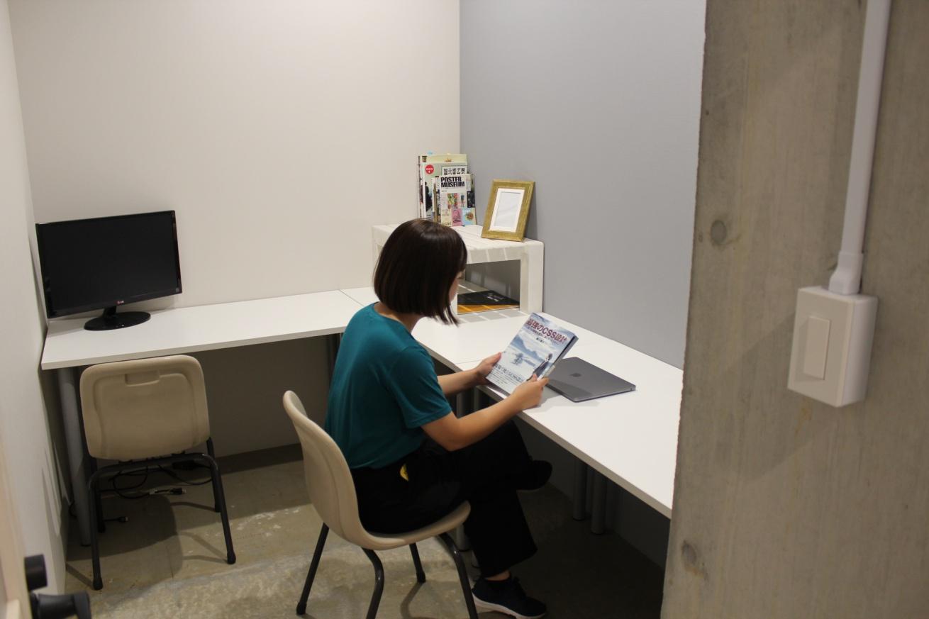 いいオフィス広島の個室スペースで読書する佐々木バージニアの写真