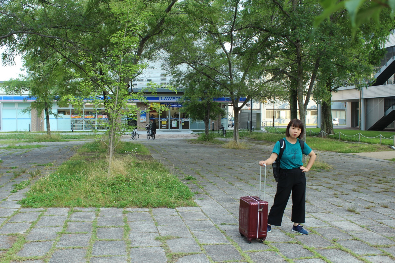 東千田公園の中にあるローソンの前に立っている佐々木バージニアの写真