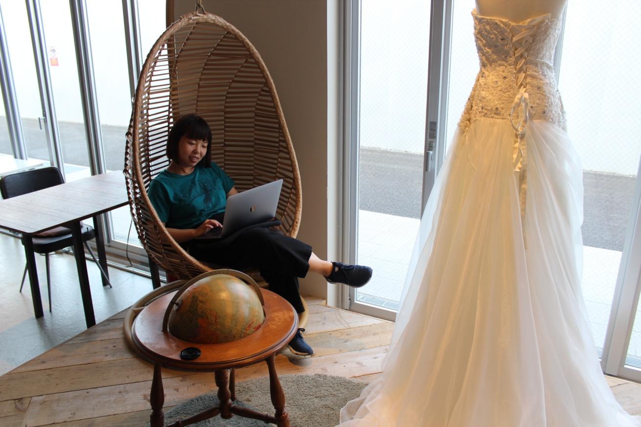 いいオフィス広島でリモートワークに取り組む佐々木バージニアの写真
