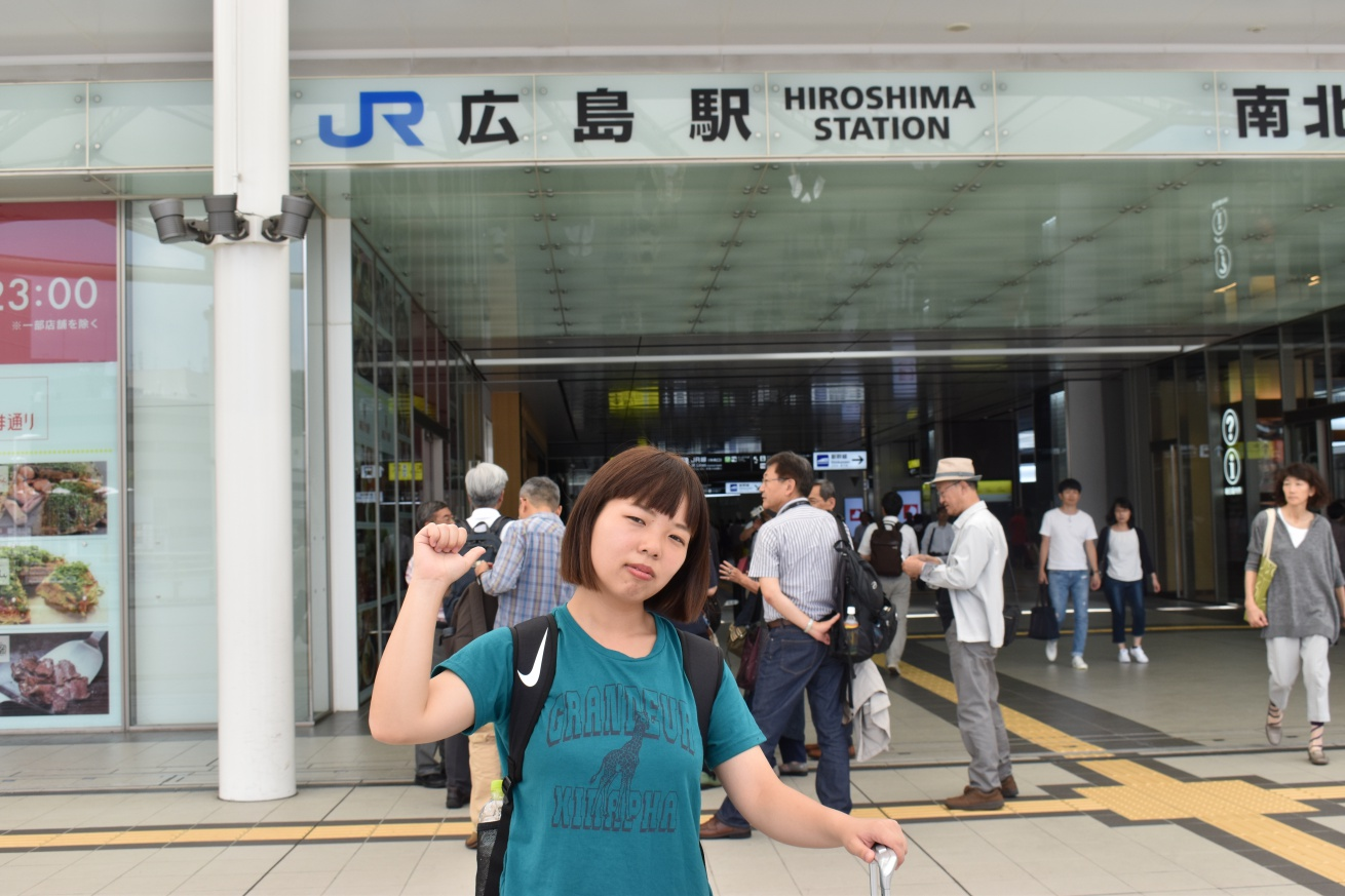 JR広島駅の前にいる佐々木バージニアの写真