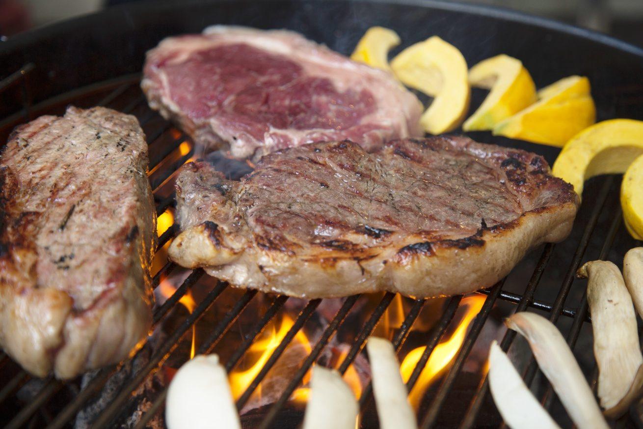コンロの上には巨大ステーキ