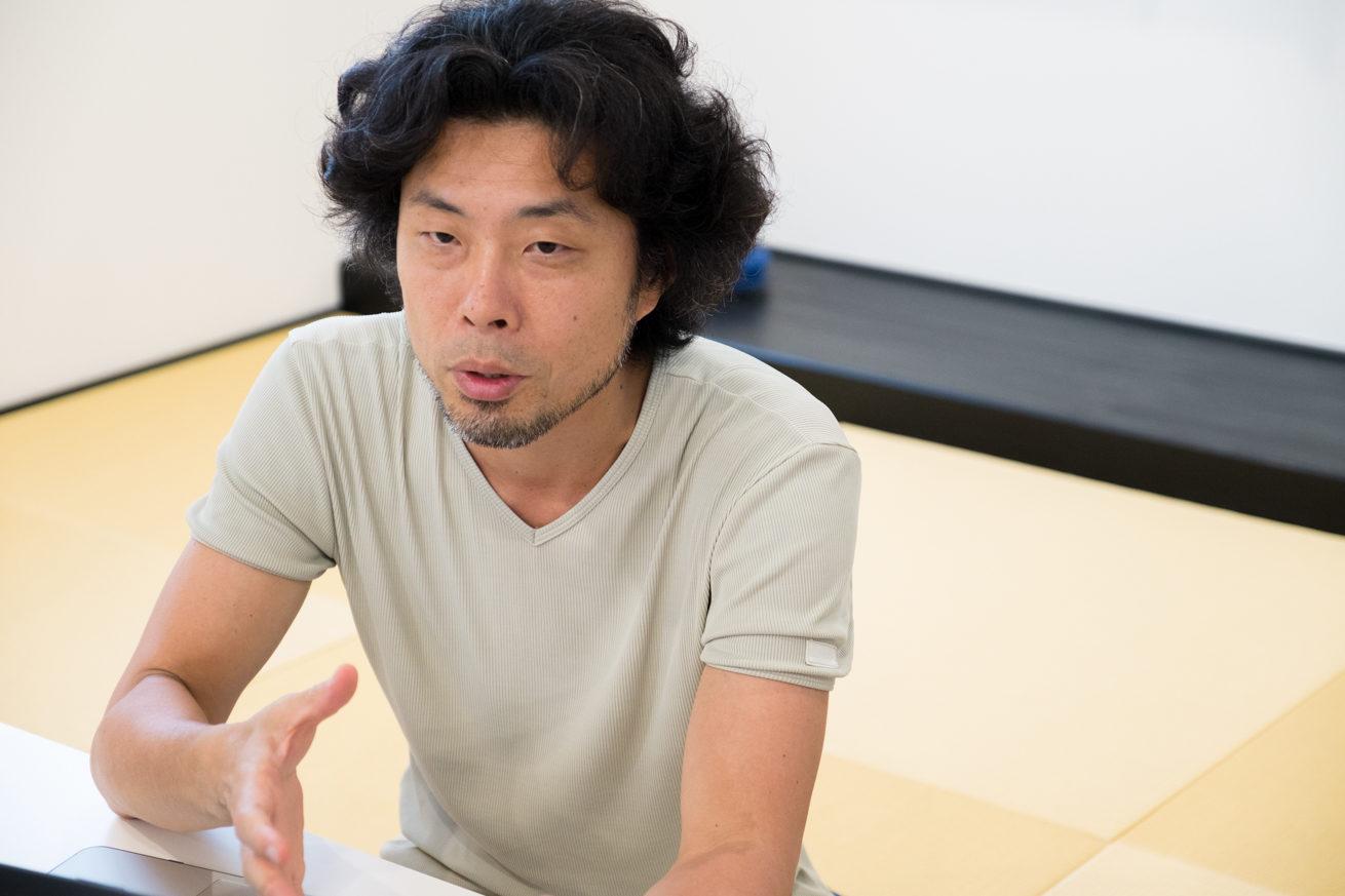 和室のテーブルに手をつき真剣な表情で話前田鎌利さん