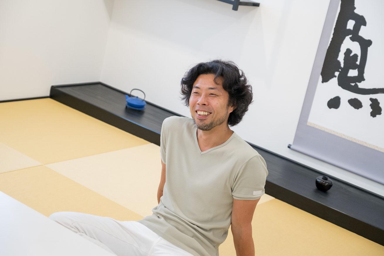 和室でリラックスした笑顔で話す前田鎌利さん