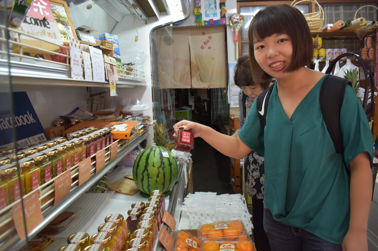 壱岐の勝本にある「下條くだもの店」でいちごジャムをもらう佐々木バージニアの写真