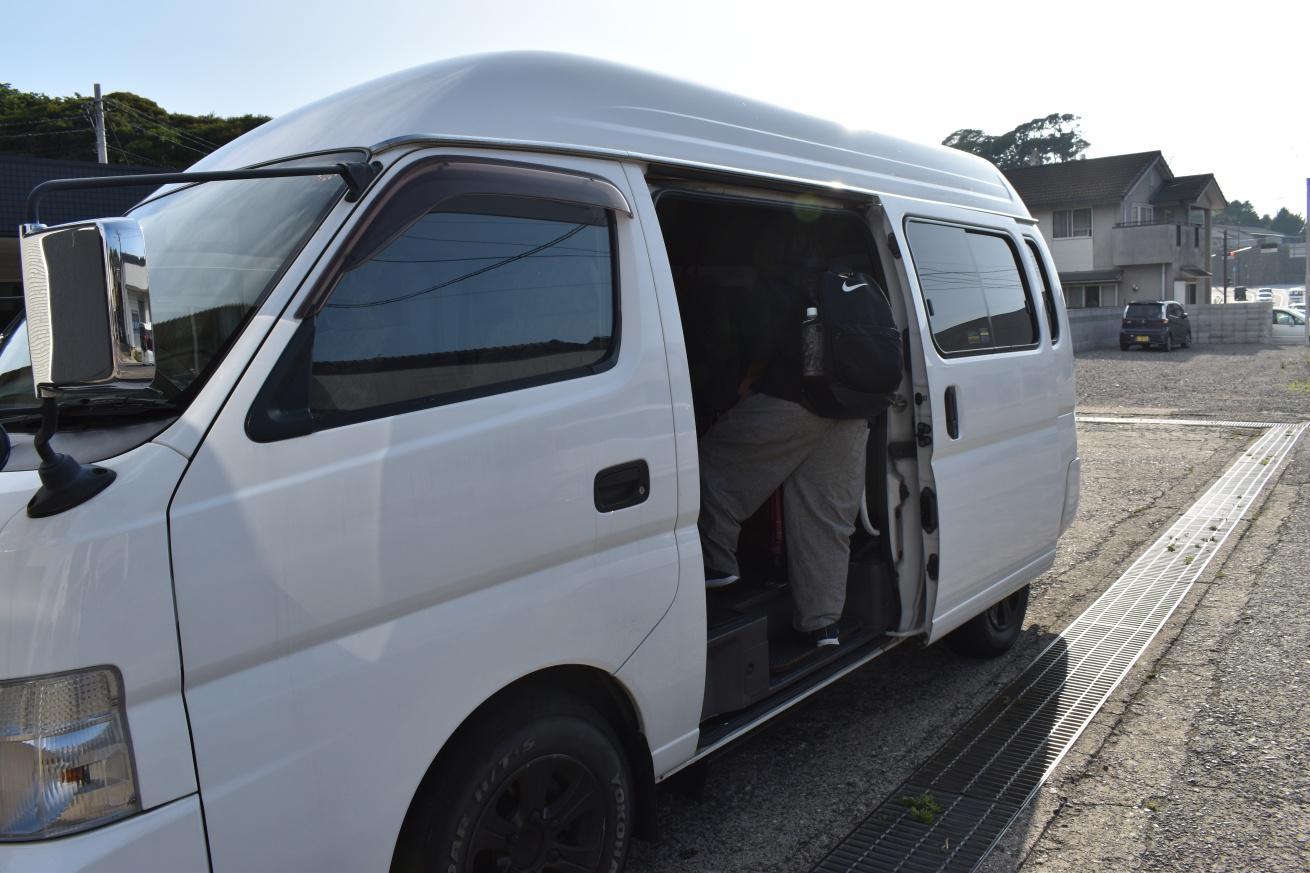壱岐のレンタカーショップの方が、郷ノ浦港まで迎えに来てくれた写真