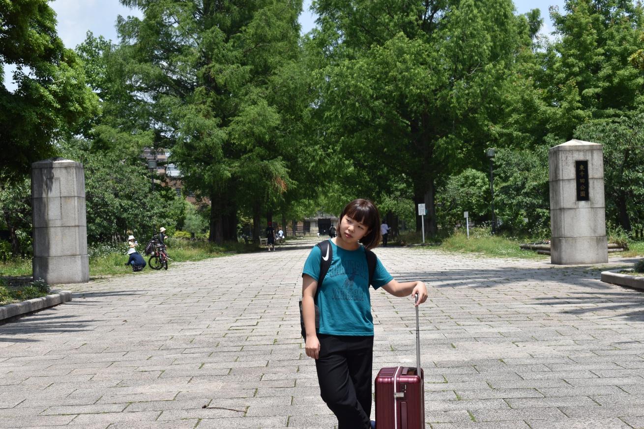 東千田公園の前でポーズを決める佐々木バージニアの写真