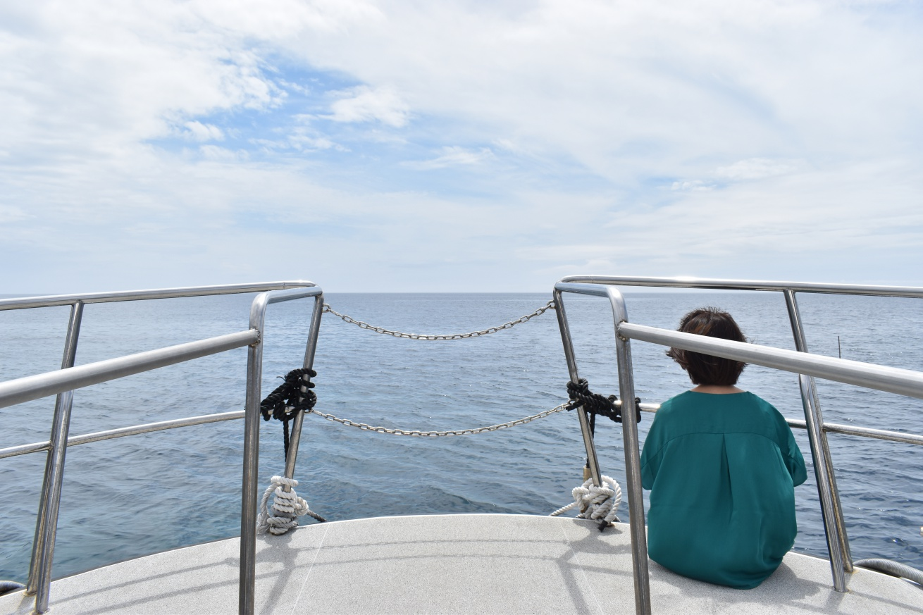 壱岐の辰の島まで向かう遊覧船に揺られている佐々木バージニアの写真