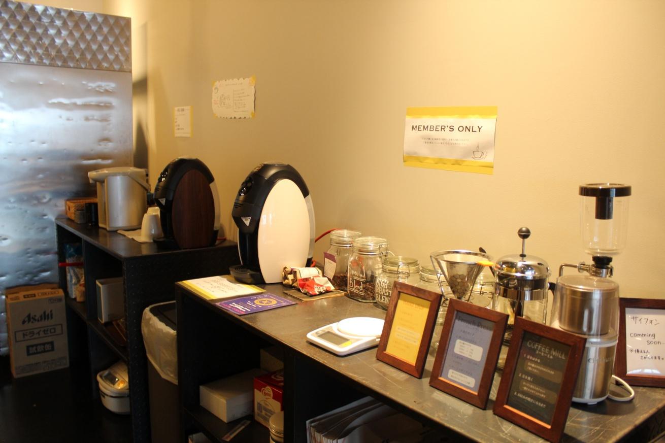 いいオフィス広島のフリードリンクが設置されているキッチンの写真