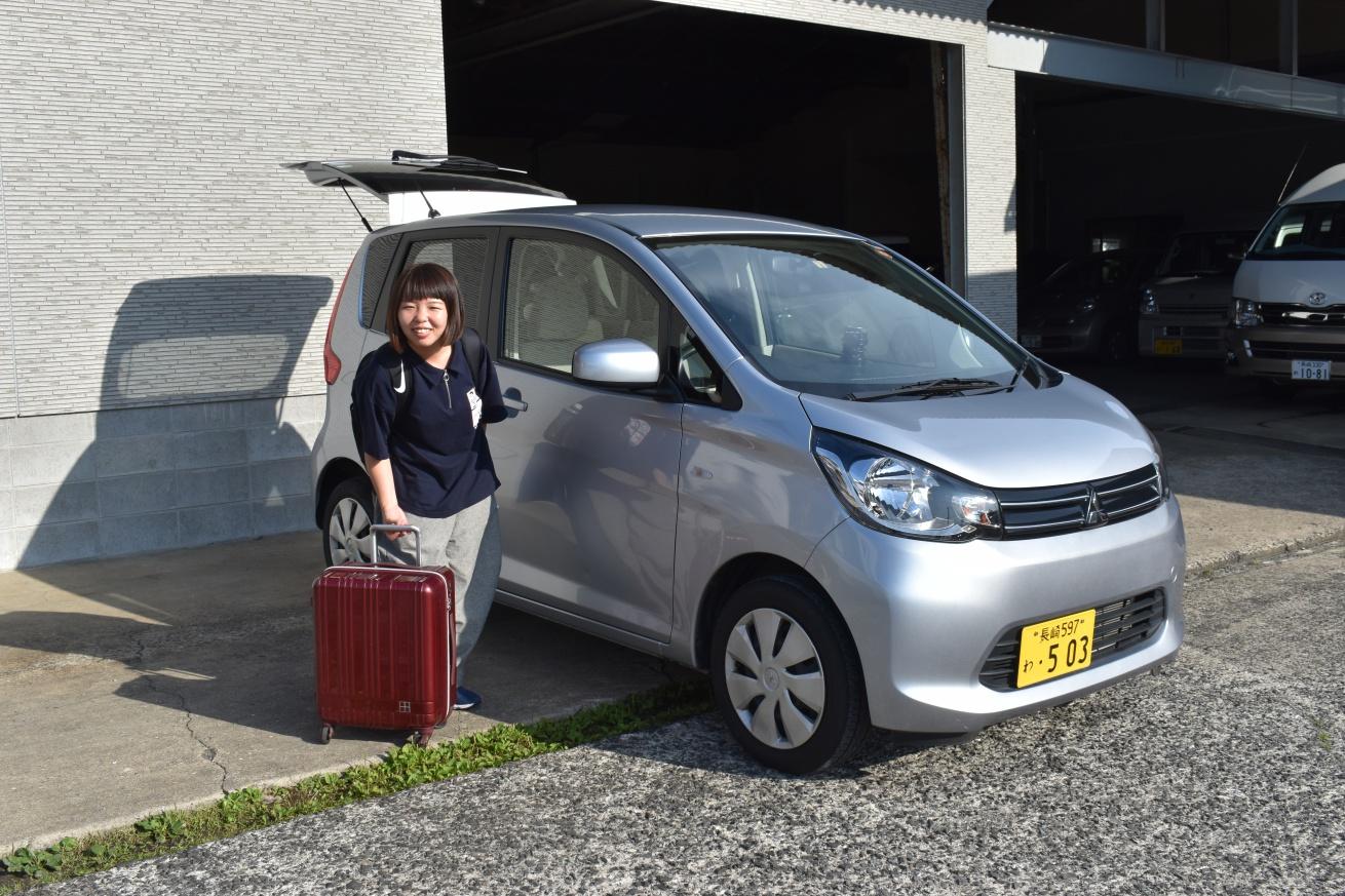 壱岐で借りたレンタカーに乗り込む佐々木バージニアの写真