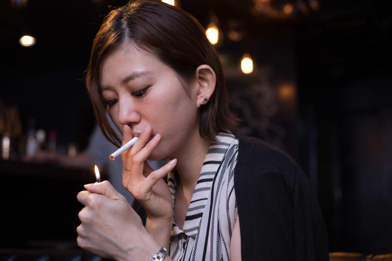たばこを吸うみかちゃん