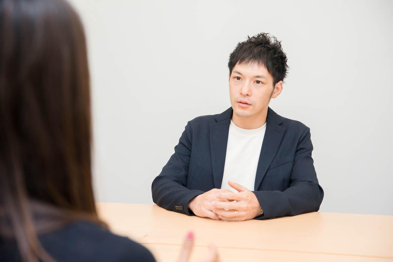 話している長倉さん