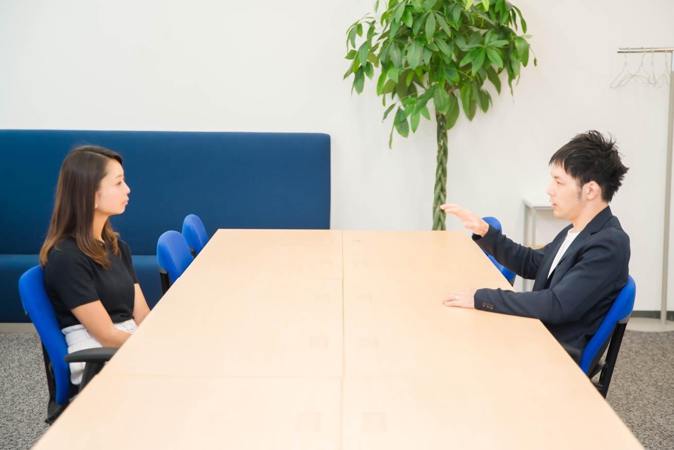 会議室で話す2人