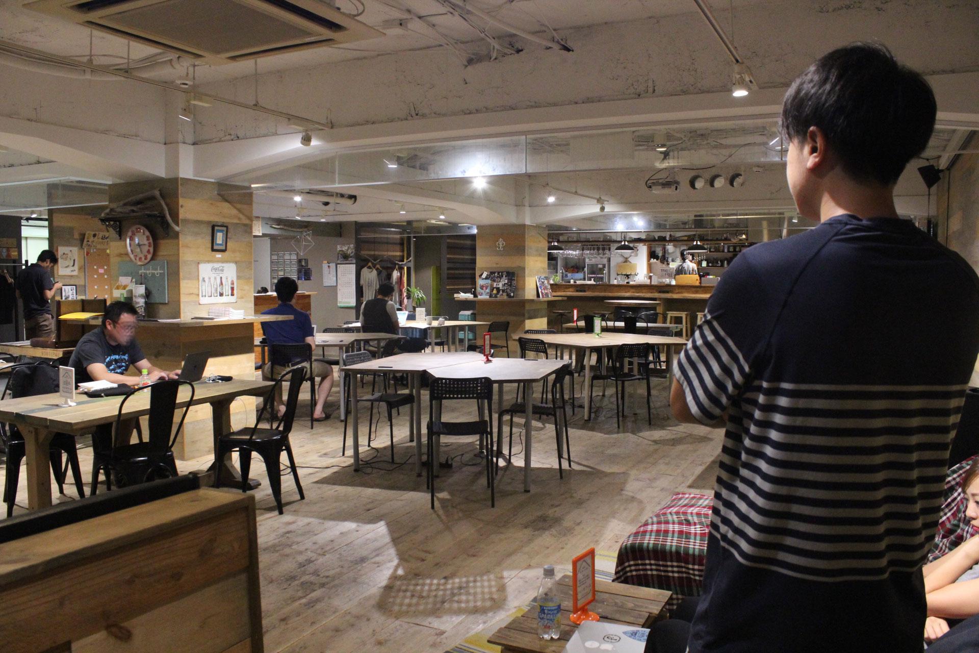 人影のまばらないいオフィス上野の画像