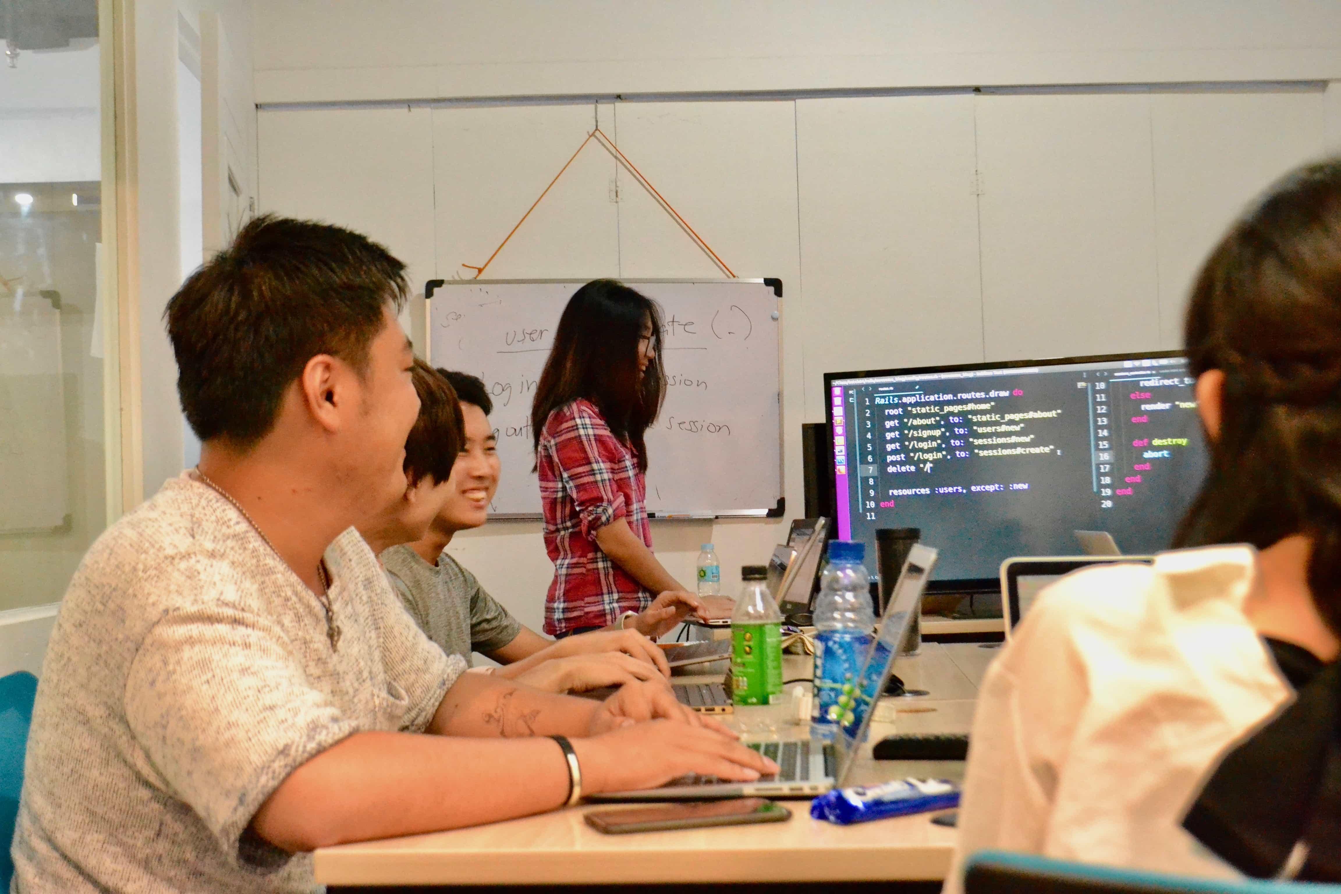 実際の授業風景。授業では現役のエンジニアが講師を務める