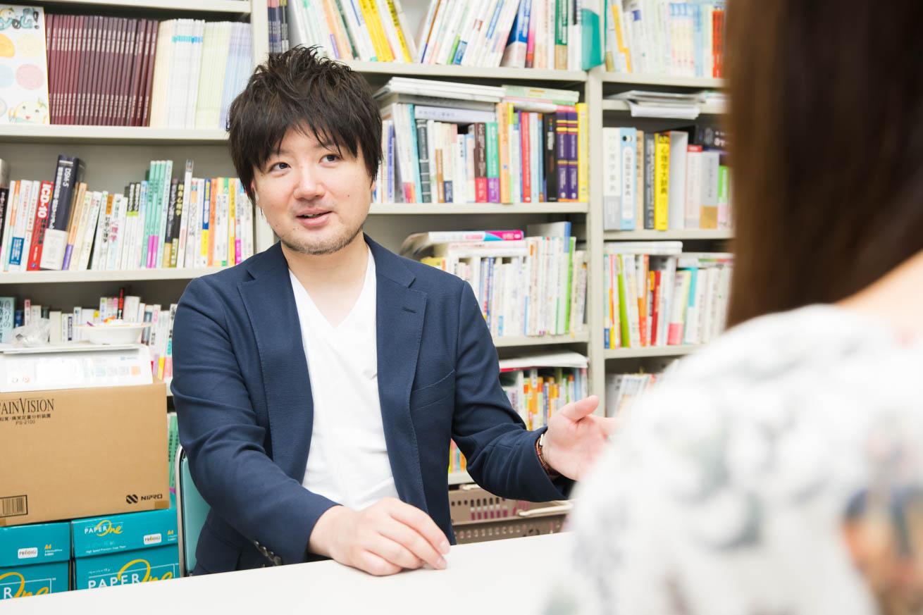 インタビューを受ける藤井先生