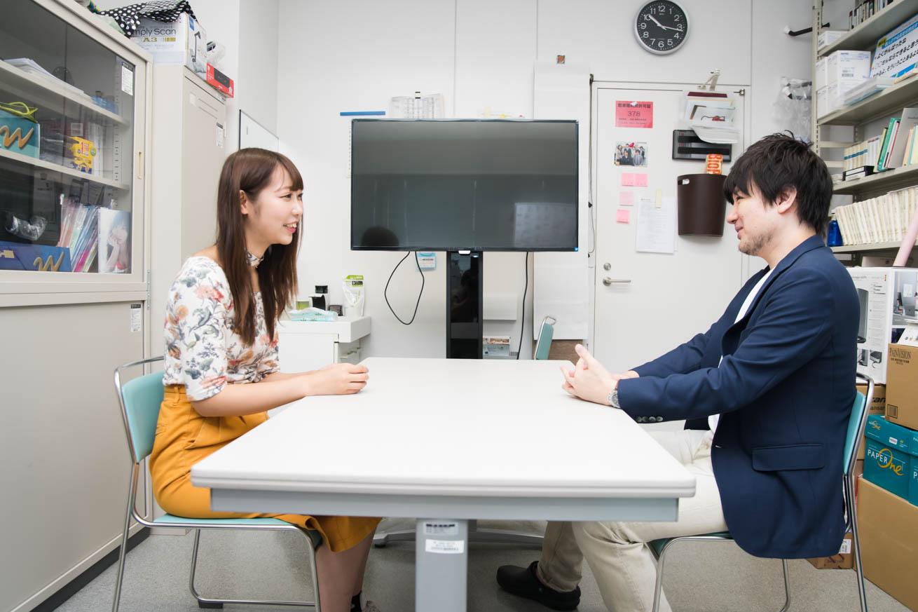 話している藤井先生と三崎りのさん