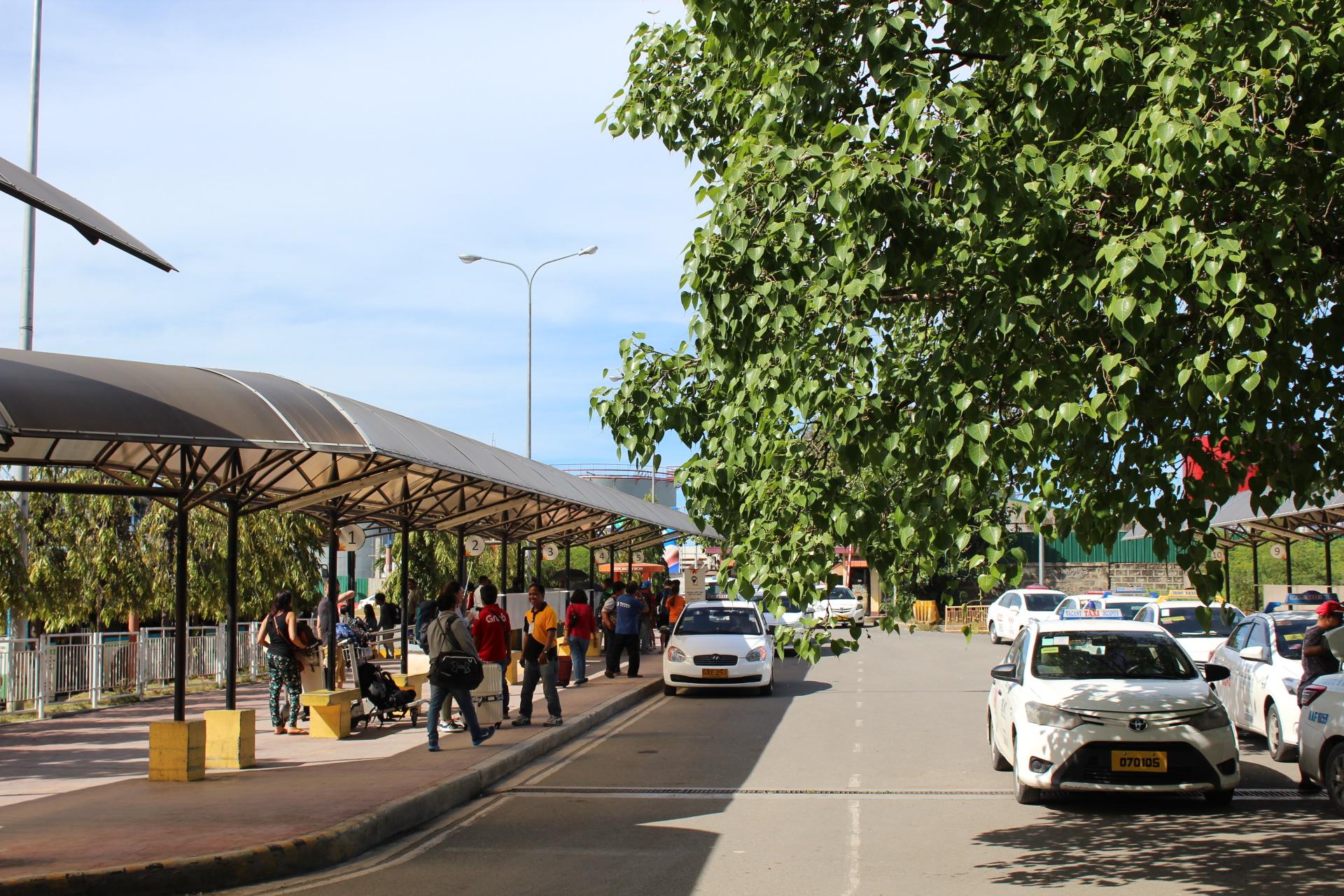 セブ・マクタン空港のタクシー乗り場の写真