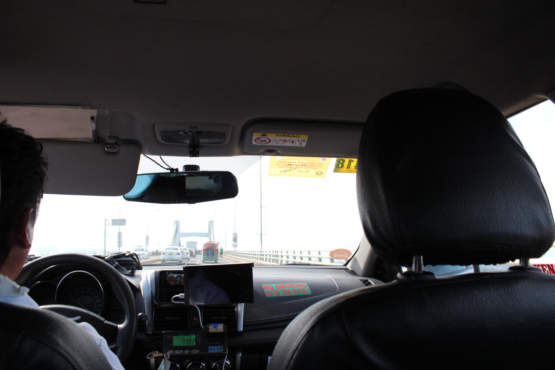セブ島に向かうタクシー車内